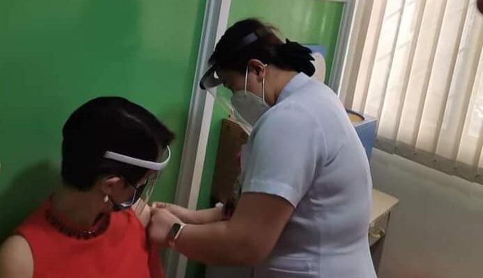 Dr. Ma. Sylvia Teresa de Pili of Iloilo St. Paul's Hospital is being injected with the CoronaVac COVID-19 vaccine. (via Aksyon Radyo Iloilo)